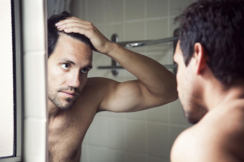 media/image/SKINthings-hair-mann-im-spiegel.jpg